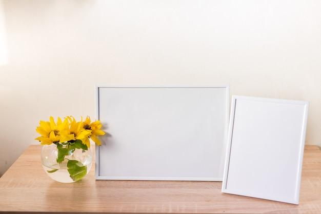 Cornice in legno con fiore di iris gialla in vetro su sfondo blu pastello. vista laterale, copia spazio, mockup, modello, primavera, concetto di minimalismo estivo. foto di alta qualità