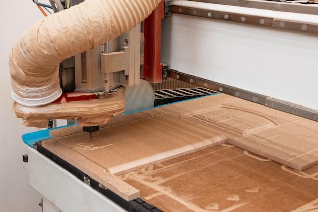 Produzione di mobili in legno.