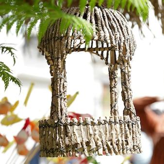 Ornamento da giardino in legno appeso a un albero