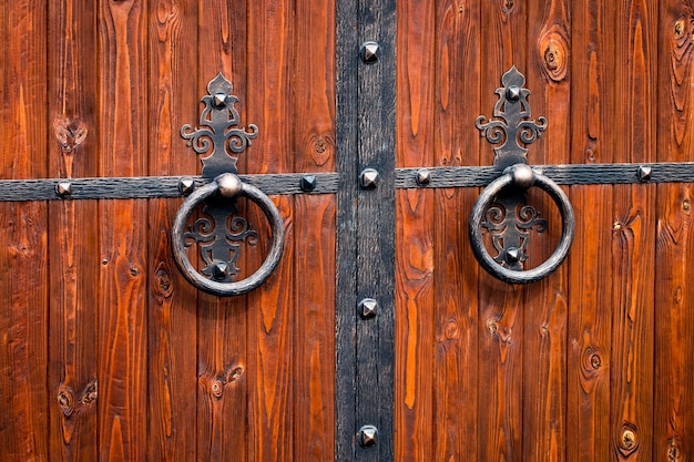 Cancello in legno con elementi in ferro battuto da vicino.