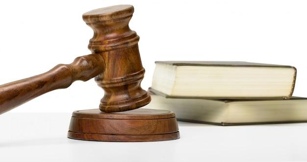 Martelletto e libri di legno sulla tavola di legno