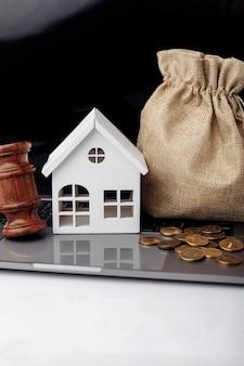 Martelletto di legno rotto salvadanaio e denaro borsa real estate asta concetto immagine verticale