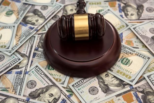 Martelletto di legno e banconote in dollari nel concetto di giustizia. finanza