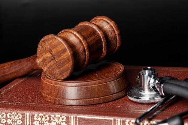 Martelletto di legno e libri giuridici si chiudono