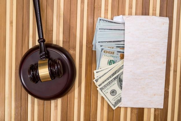 Martelletto in legno con banconota in dollari sulla scrivania