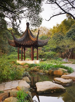 Gazebo in legno nel giardino cinese. tiger hill, suzhou, cina.