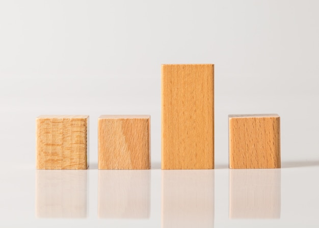 Cubo di forme geometriche in legno isolato su uno sfondo bianco