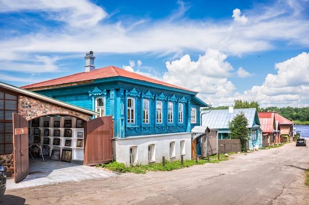Casa di marzapane in legno con dipinti su nikolskaya street a plyos sotto un cielo blu con nuvole bianche