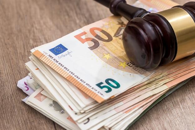 Martello di legno sulle banconote in euro da vicino
