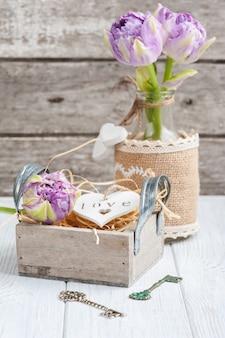 Cuore in legno in confezione regalo vintage con chiave e tulipani viola