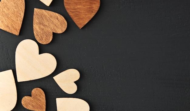 Cuori di legno su uno sfondo nero