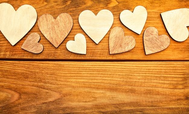 Cuori di legno su un tavolo di legno