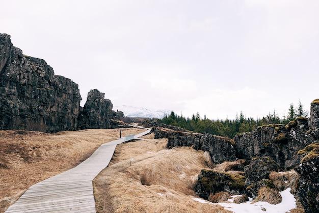 Sentiero escursionistico in legno nella valle di cosavedlir faglia sylfra in islanda