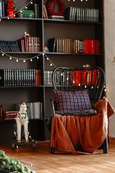 Cavallo in legno e sedia a dondolo di una libreria
