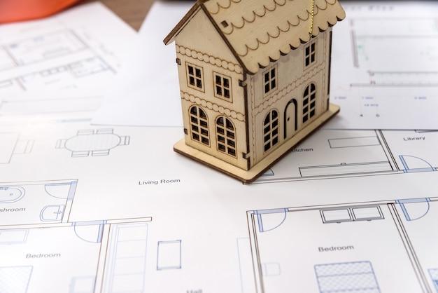 Modello di casa in legno sulla pianta della casa, primo piano