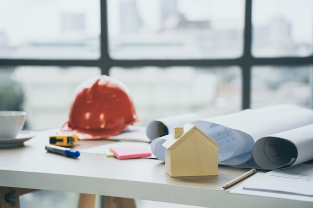 Modello di casa in legno sulla scrivania in ufficio del cantiere