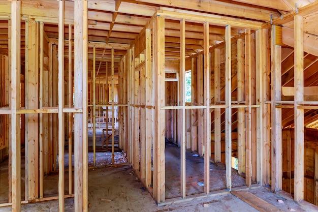 Struttura in legno del telaio della costruzione del tetto della casa su un nuovo inquadramento di sviluppo di in costruzione