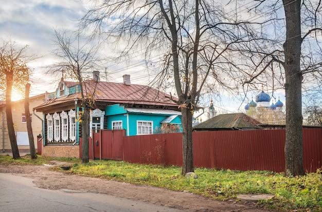 Casa in legno con plateau traforato a uglich e nel monastero