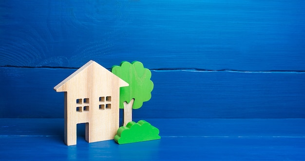 Case e alberi di legno.