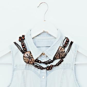 Gioielli in legno e abbigliamento in denim. combinazione di moda. stile country