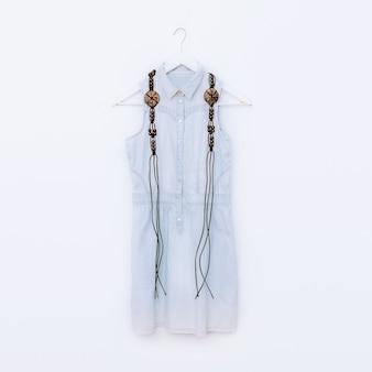 Gioielli in legno e abbigliamento in denim. combinazione di moda