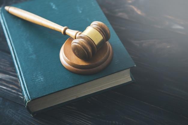 Giudice di legno sul libro sullo sfondo scrivania vintage