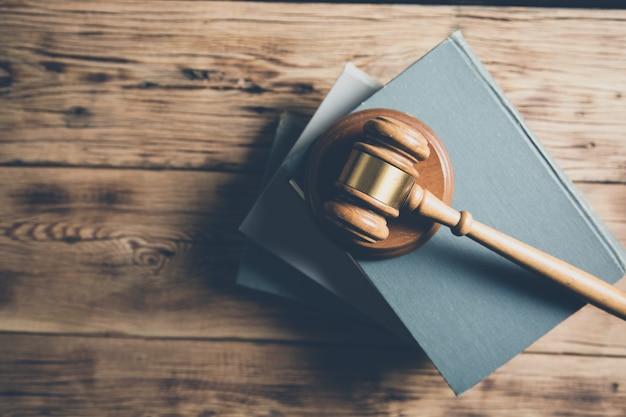 Giudice di legno sui libri sulla scrivania