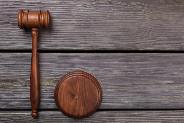 Martelletto in legno del giudice piatto laici.