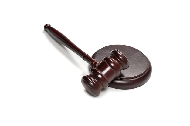 Martelletto e tavola armonica del giudice di legno isolati su un fondo bianco. giustizia del sistema giuridico concettuale.