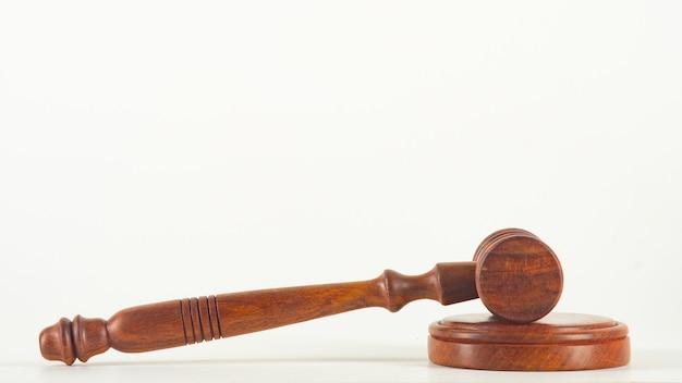 Un martello giudice in legno e tavola armonica isolati su sfondo bianco in prospettiva
