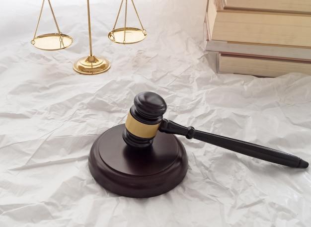 Il martelletto del giudice di legno e la tavola armonica sono messi accanto all'ottone d'oro