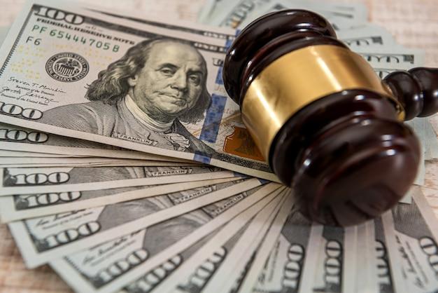 Martelletto di legno del giudice e banconote da un dollaro dei soldi degli stati uniti