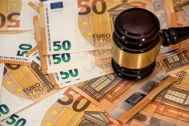 Martelletto in legno del martello del giudice su 50 banconote in euro