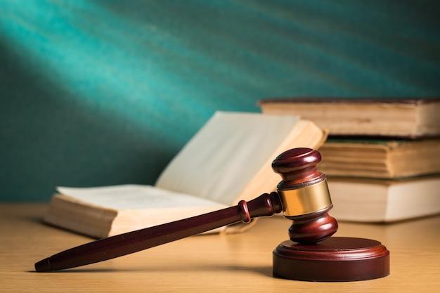 Martello giudice in legno. concetto di giustizia e diritto