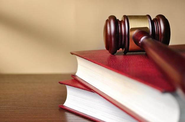 Martelletto dei giudici in legno su un libro di legge