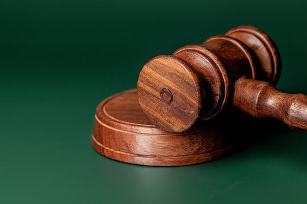 Martelletto di legno dei giudici sulla fine del tavolo