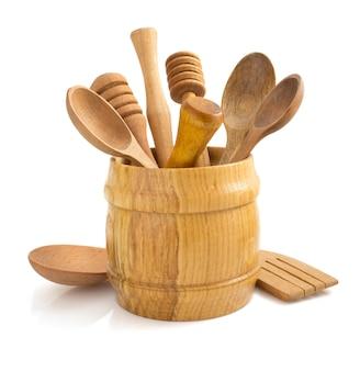Utensile da cucina in legno isolato su bianco