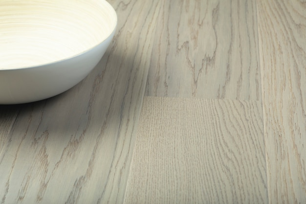Pannelli in legno laminato e parquet e ciotola bianca