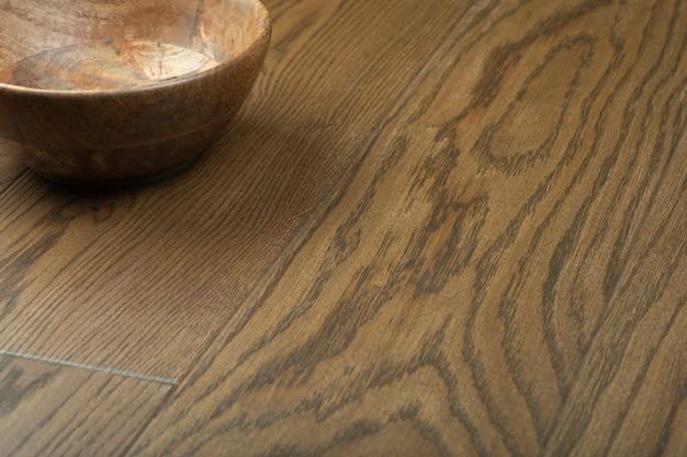 Pannelli in legno laminato e parquet con ciotola in legno