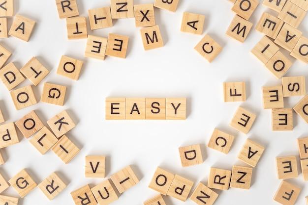 Formulazione in blocco di lettere in legno facile con altre lettere.