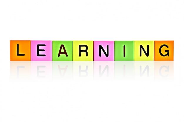Blocchi di lettere in legno con scritta learning
