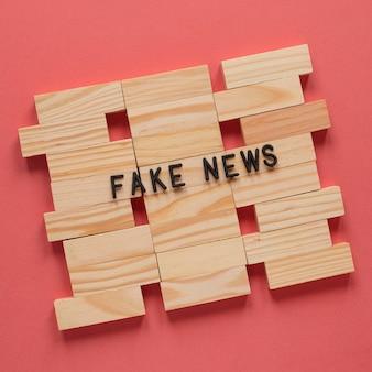 Lettere in legno che formano fake news