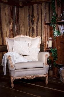 Soggiorno in legno con sedia e libreria beige