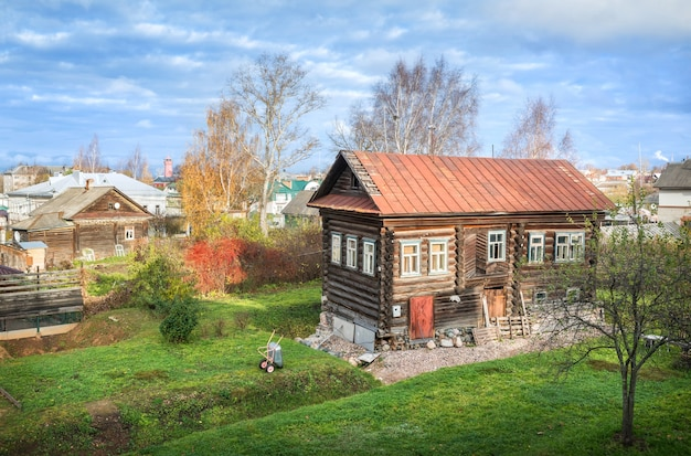 Vecchia casa e cortile di tronchi di legno tra gli altri edifici residenziali a uglich