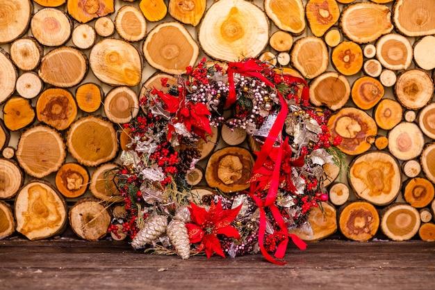 Tronchi di legno e nastri decorativi della corona
