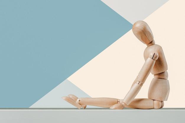Vista frontale della bambola di legno dell'uomo