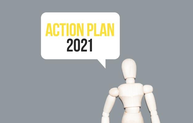 L'uomo di legno e nuvola bianca con testo piano d'azione 2021.