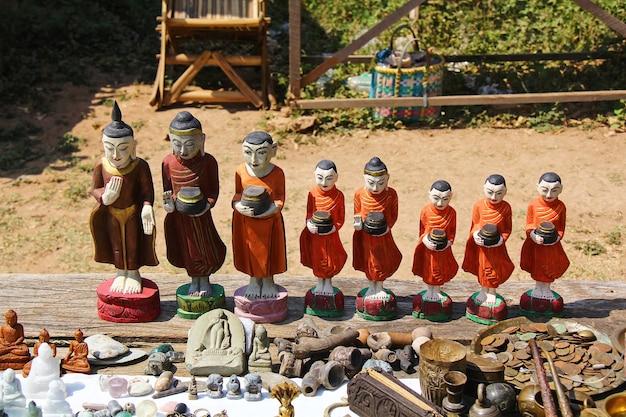 Monaci di legno con l'elemosina intaglio del legno dal legno a mondalay myanmar