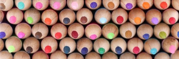 Matite multicolori in legno con macro texture closeup