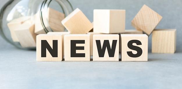 Segno di notizie in legno su un tavolo in un ufficio